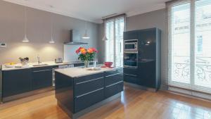A kitchen or kitchenette at Appartement T4 cours de l'intendance