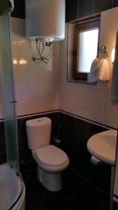 A bathroom at Hotel Margjeka