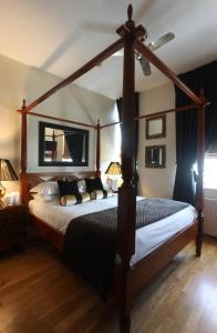 Cama o camas de una habitación en Mayflower Hotel & Apartments