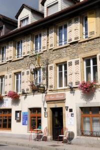 Eine Fassade oder ein Eingang zu Hôtel de la Croix-Blanche
