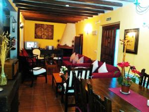 A restaurant or other place to eat at Casa Rural El Cencerro
