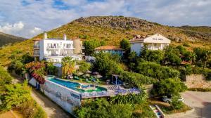Vista sulla piscina di Datca Villa Asina o su una piscina nei dintorni