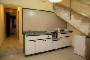 A kitchen or kitchenette at Burlington Apartments