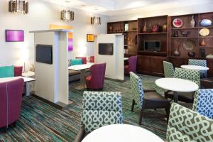 The lounge or bar area at Residence Inn Fort Worth Cultural District