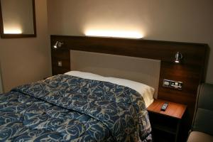 A bed or beds in a room at Stay Inn Manchester