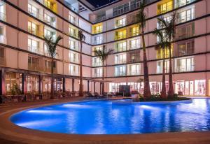 Radisson Blu Hotel & Convention Centre Kigaliの敷地内または近くにあるプール