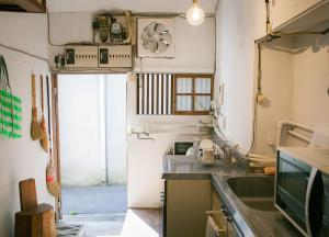 A kitchen or kitchenette at Guesthouse Madoka
