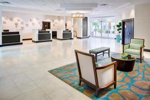 The lobby or reception area at Embassy Suites Destin Miramar Beach