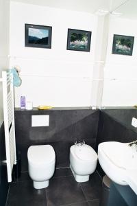 A bathroom at Marais Centre Pompidou ID 233