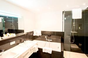 A bathroom at Schlosshotel Hugenpoet