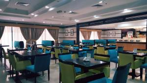 A restaurant or other place to eat at Al Manar Hotel Apartments