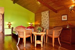 The lounge or bar area at Pestana Equador
