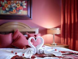 Кровать или кровати в номере Cesar's Plaza Hotel