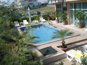 Изглед към басейн в Хотел Ривиера или наблизо