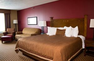 A bed or beds in a room at GrandStay Inn & Suites of Luverne