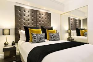 A bed or beds in a room at Mantra 2 Bond Street