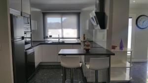 A kitchen or kitchenette at Apartamento Castrelos