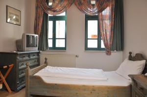 Ein Bett oder Betten in einem Zimmer der Unterkunft Altstadthotel Garni Schlundhaus & Rautenkranz