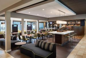 A restaurant or other place to eat at Courtyard by Marriott San Mateo Foster City