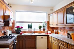 A kitchen or kitchenette at SPACIOUS Apartment