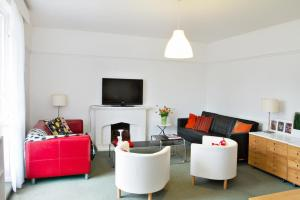 A seating area at SPACIOUS Apartment