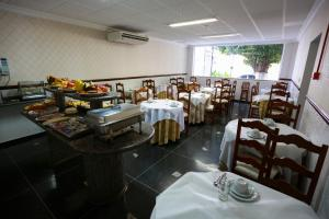 A restaurant or other place to eat at Bandeirantes Hotel