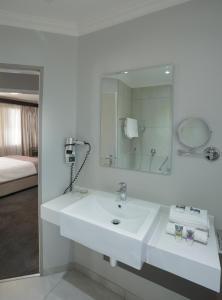 A bathroom at Mercure Hotel Bedfordview