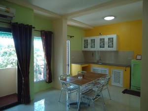 A kitchen or kitchenette at Thai Life Guesthouse
