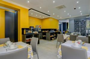 Un restaurante o sitio para comer en Hotel Avenida Park