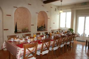 A restaurant or other place to eat at Un Coin de Paradis