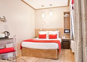 A room at Hotel Eiffel Segur