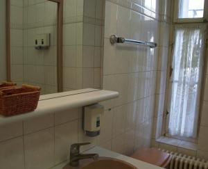 Ein Badezimmer in der Unterkunft Stadthof Budget Hotel Basel City Center