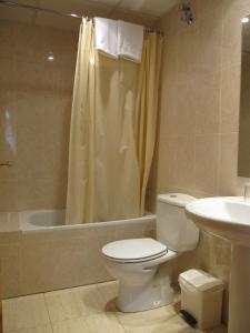 A bathroom at Fonda Agustí
