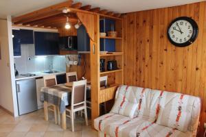 A kitchen or kitchenette at Cosylocation Super Besse