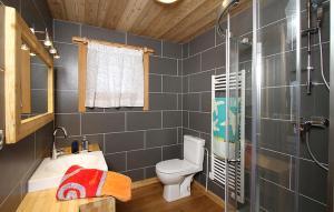 A bathroom at Odalys Chalet La Muzelle