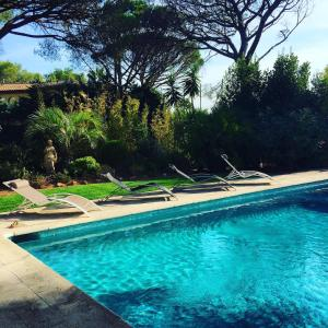 The swimming pool at or close to Villa Charme et Détente