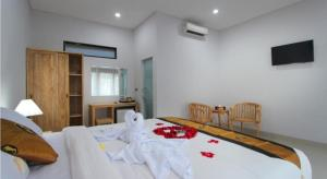 A bed or beds in a room at Sleepwell Seminyak