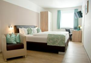 A bed or beds in a room at Hotel Claro Garni