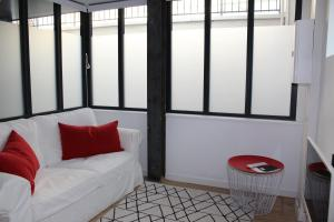 A seating area at Le Dix-Huit Studio Duplex