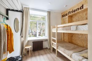 Двухъярусная кровать или двухъярусные кровати в номере Nice Hostel Paveletskaya