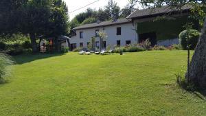A garden outside Gite l'Ecoline en Isère 113m2 6 pers grand confort vue extra satellite chien admis
