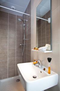 A bathroom at Hôtel Du Printemps