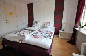 A bed or beds in a room at Orrefors hotell & restaurang