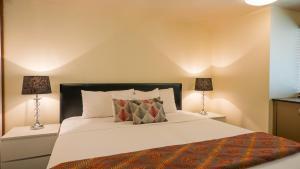 A bed or beds in a room at Broadbeach Savannah Resort