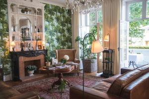 The lounge or bar area at Hotel Edouard VII