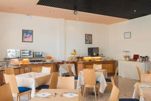 A restaurant or other place to eat at Meditur Hotel Pomezia