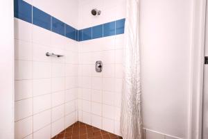 A bathroom at ibis Budget - Casula Liverpool