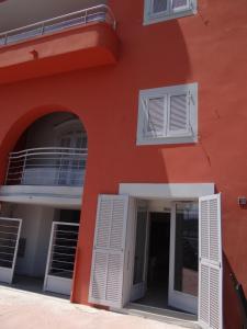 The facade or entrance of Les Pieds Dans L´eau
