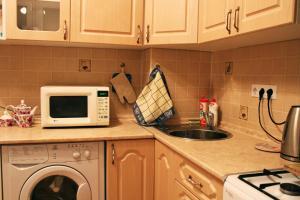 Кухня или мини-кухня в Апартаменты на Склизкова 44