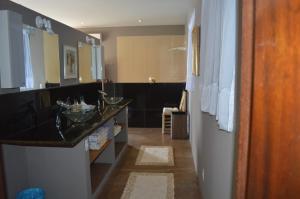 A kitchen or kitchenette at Vila Pedra Mar